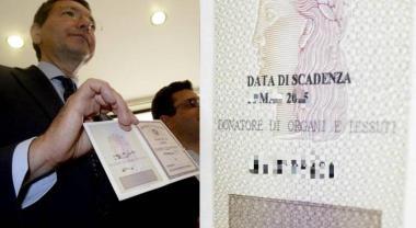 ignazio marino presenta la carta d'identità dei donatori